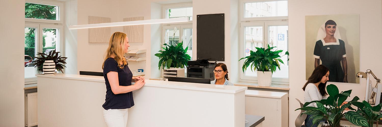 Hausarzt Maxvorstadt - Dr. Mutschler - am Empfang der Praxis